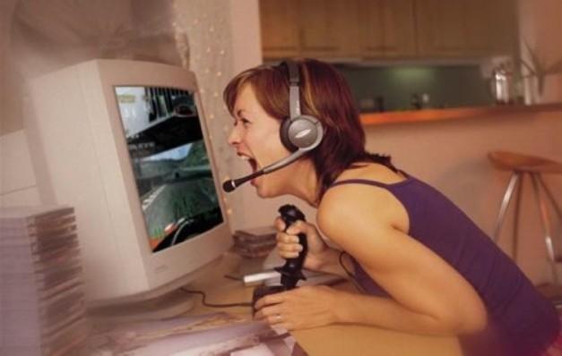 Chica gamer gritando